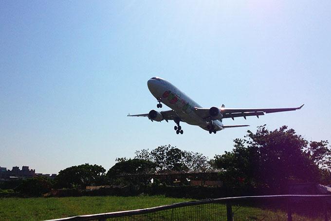 こんな近くで見れるなんて!台北松山空港の滑走路間近で飛行機の離着陸を見物!