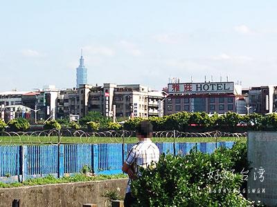 台北松山空港の滑走路間近で飛行機の離着陸を見物!