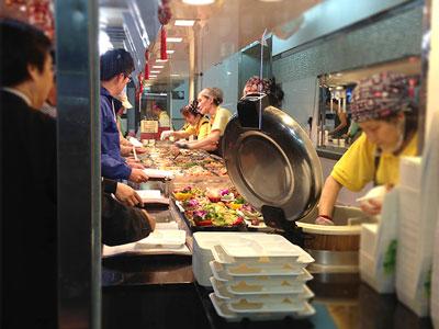夕飯時は沢山のお客さんで賑わう店内