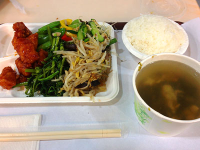 台湾式食堂の自助餐で100元の定食