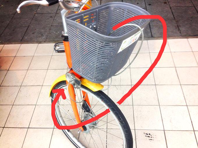 ユーバイクの鍵のかけ方:ワイヤーを前輪に通しロックします