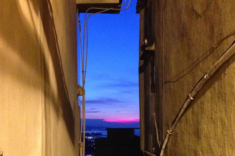 建物の間からは真っ青な夕暮れの空