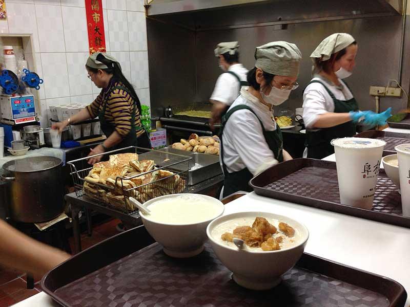 テキパキと働く阜杭豆漿のおばさまたち