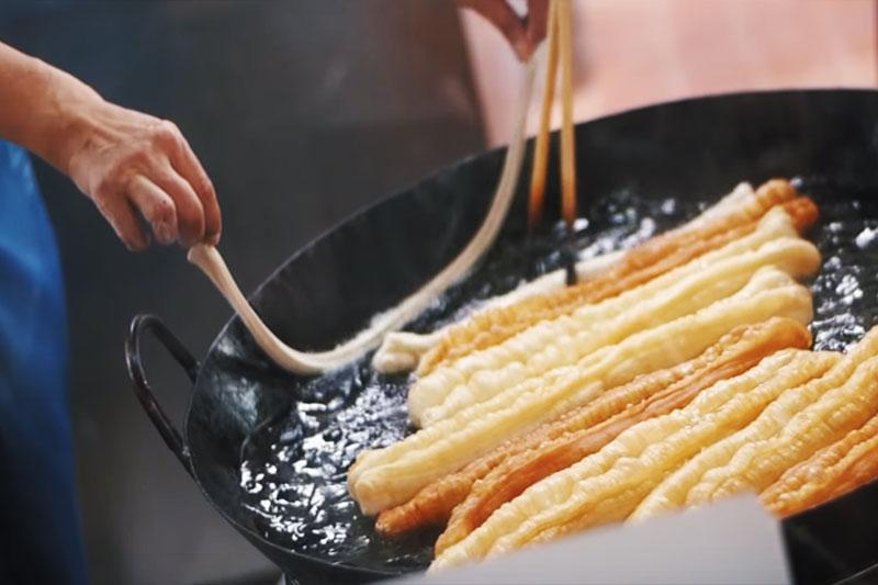 油で揚げて作る台湾人が大好きな油條