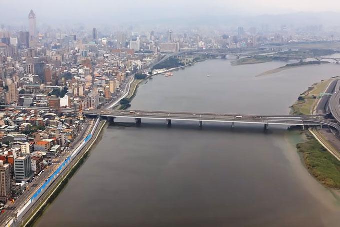 通勤時のバイクの多さで有名な台北橋