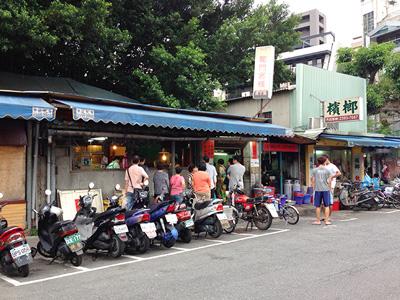 反対側にはいつも行列ができている龍門客棧餃子館