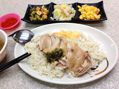 看板メニューの海南鶏飯のおかず付き(B餐)