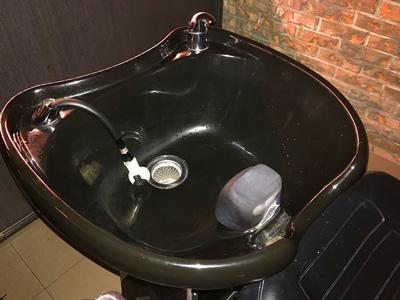 台湾美容室のシャンプー台は後頭部を支えてくれるので快適