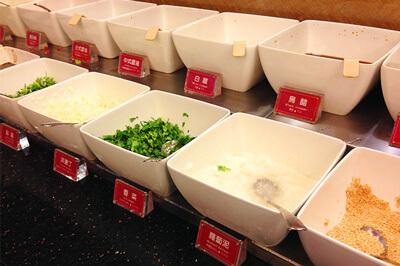 タレコーナーはネギや大根おろし、香菜など種類も豊富