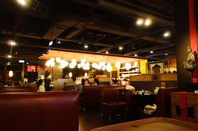 信義店はソファ席の多いゆったりした雰囲気
