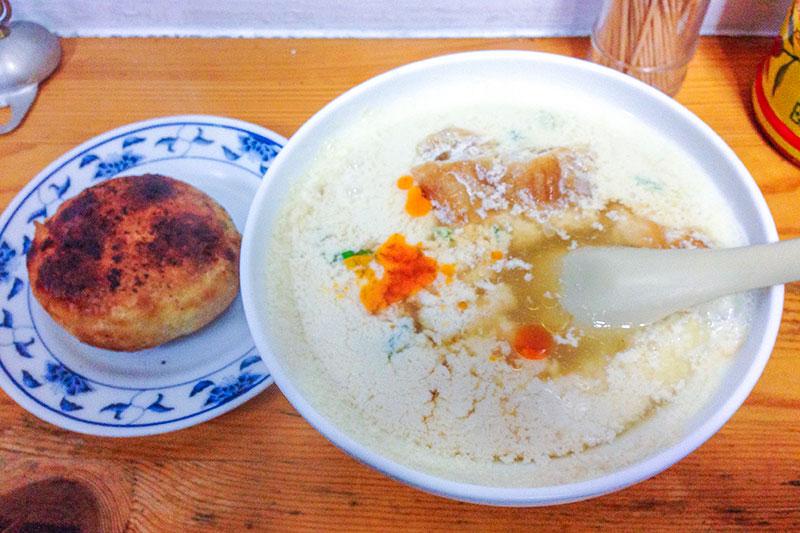 アッツアツの鹹豆漿と肉餅