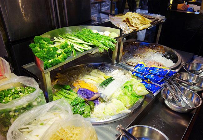 野菜が並ぶ鹽水雞の屋台