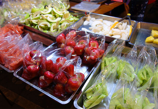 色鮮やかなグアバや蓮霧(レンブ)が並ぶ果物屋台