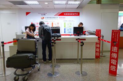 第2ターミナルも3社の中央に遠傳電信カウンター