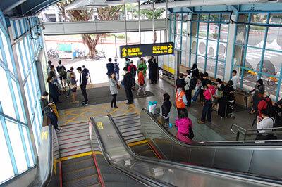 万安演習中、駅の中で待機する人達
