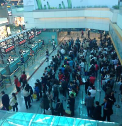 混雑の激しい桃園空港の出国審査場(画像は第2ターミナル)