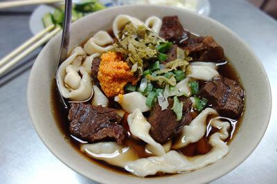 牛肉麺の太麺に牛油と酸菜をいれるとこのように!