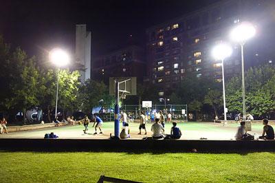 台湾の国民的スポーツであるバスケで遊ぶ青年たち