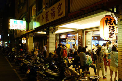 いつも込み合っている杭州小籠湯包の店先