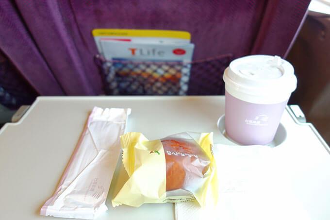 ビジネスクラス(商務車廂)のドリンクとお菓子のサービス