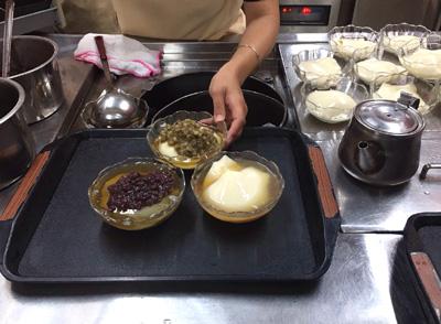 注文後テキパキと準備される豆花