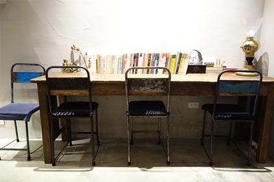 カウンター席といくつかのテーブル席という小さなスペース