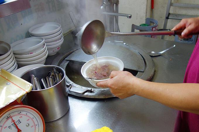 牛の骨とお肉でダシを取った熱々のスープを注いで