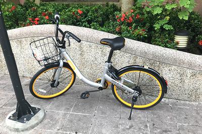 MRT松山駅出口に停められていたオーバイク
