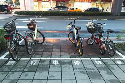 自行車停放区と書かれた自転車を停めてもいいエリア