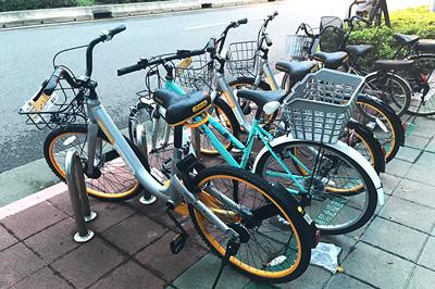 信義路沿いの駐輪スペースにあるオーバイク