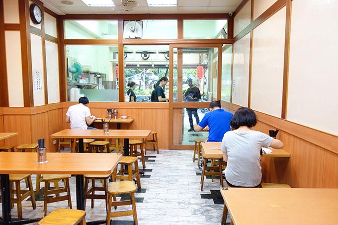 台湾B級グルメ店にしてはこぎれいな店内