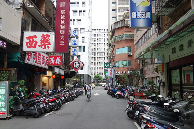 左の白い建物がアロフト台北中山ホテル