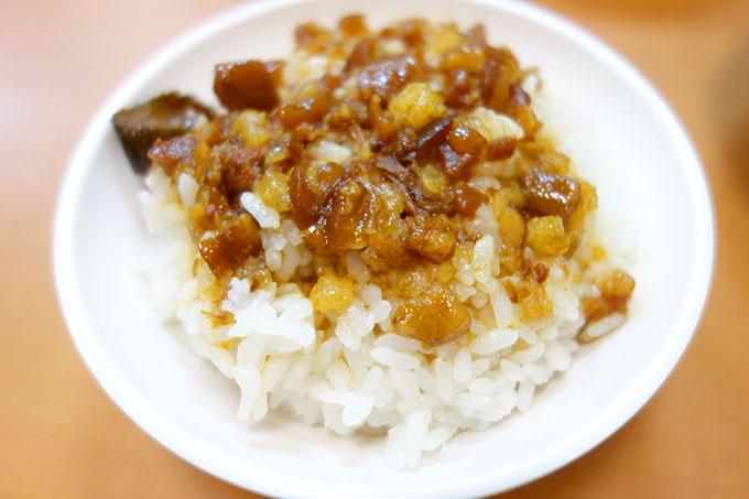 店名にもなっている魯肉飯(ルーロウファン)小 30元
