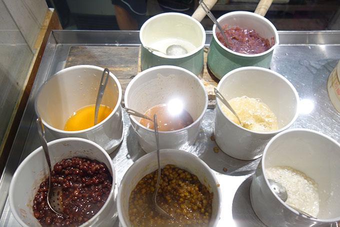 小豆や緑豆がならぶトッピング