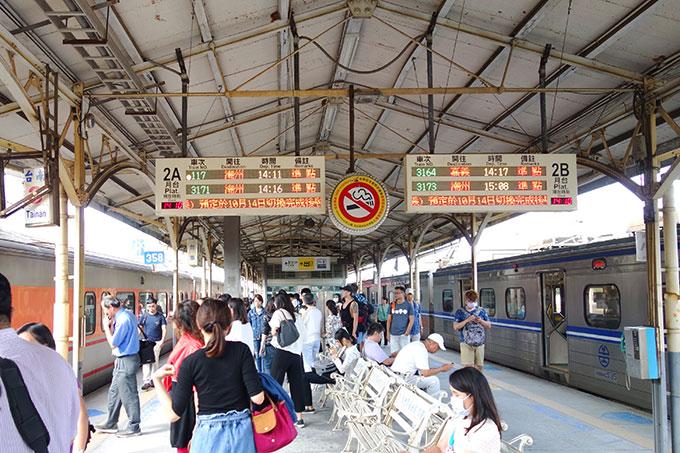 自強号を待つ台南駅のホーム
