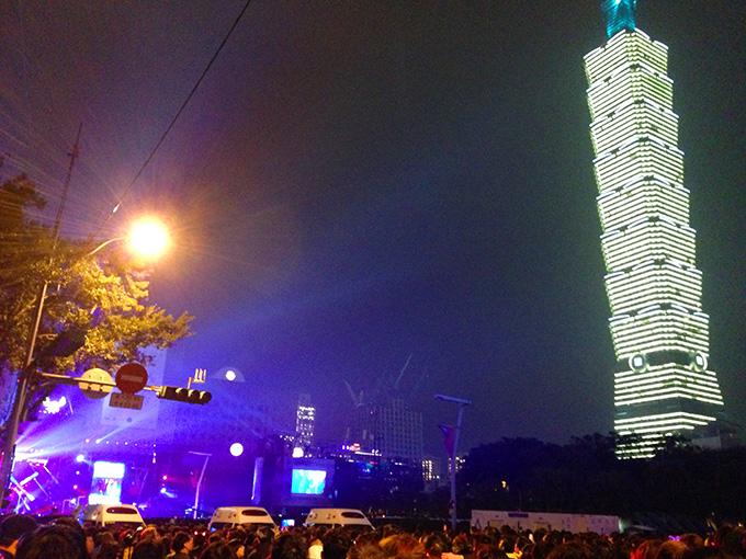 花火前の様子、左側が年越しイベントのステージ